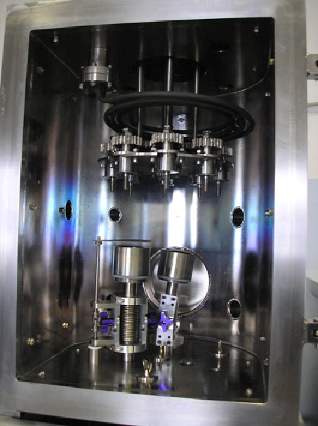 Вакуумная напылительная магнетронная система VSM с двумя магнетронами, регулируемыми по высоте и с регулируемым углом наклона головы магнетрона, планетарным механизмом, нагревателем типа ТЭН